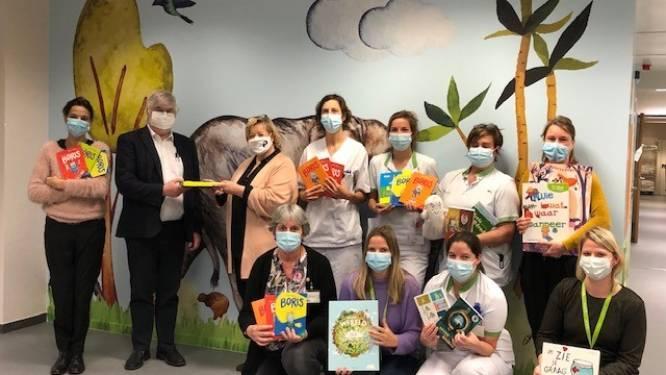 Uitgeverij Pelckmans schenkt boekenpakketten aan Antwerpse ziekenhuizen