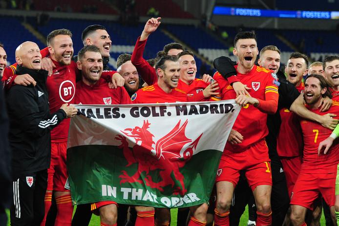Gareth Bale (midden) met het spandoek, dat een Wales-fan had gemaakt.
