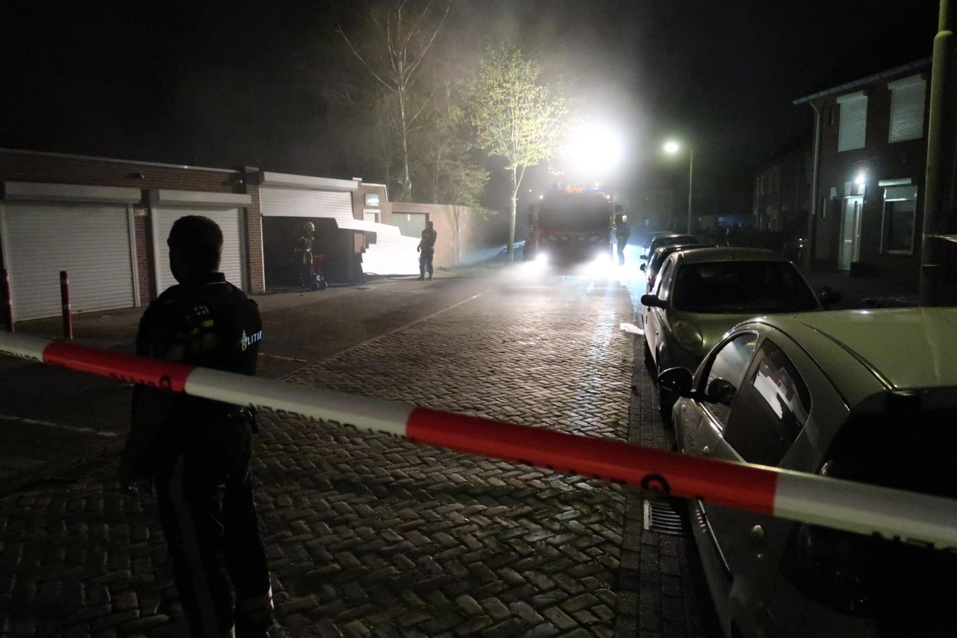 In een loods aan de Sparrenweg in Breda is maandag brand uitgebroken.