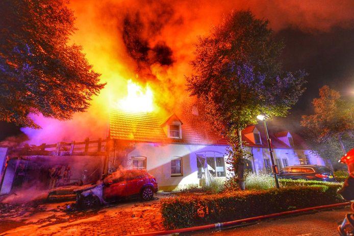 De brand in een witte langgevelboerderij in De Weebosch.
