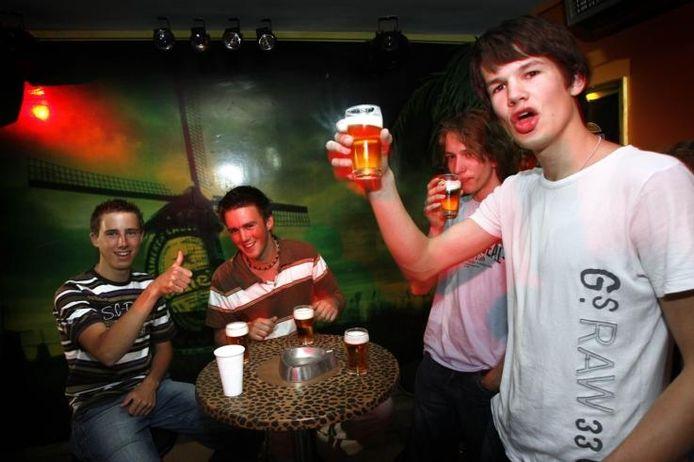 Nederlandse pubers behoren tot de grootste drinkers van Europa. Het aantal ernstige gevallen van alcoholmisbruik stijgt snel. archieffoto Phil Nijhuis/ANP