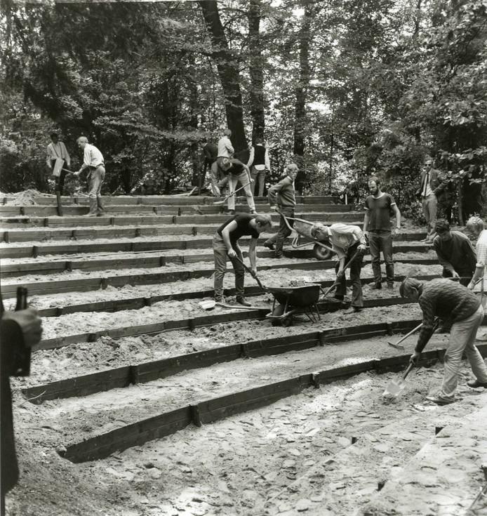 Een ontgroening is afzien, maar daar werd dan af en toe ook iets mee bereikt. Deze U.S.C'ers legden in 1970 een opluchttheater aan in Doorn.