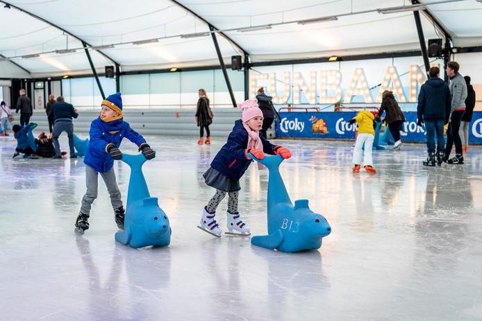 Rotterdam kan het ijs weer op: Schaatsbaan Rotterdam is weer open. In Kralingen zijn drie overdekte banen: een tunnel van 400-meter, een funbaan met 'zeehondjes' en een curlingbaan.