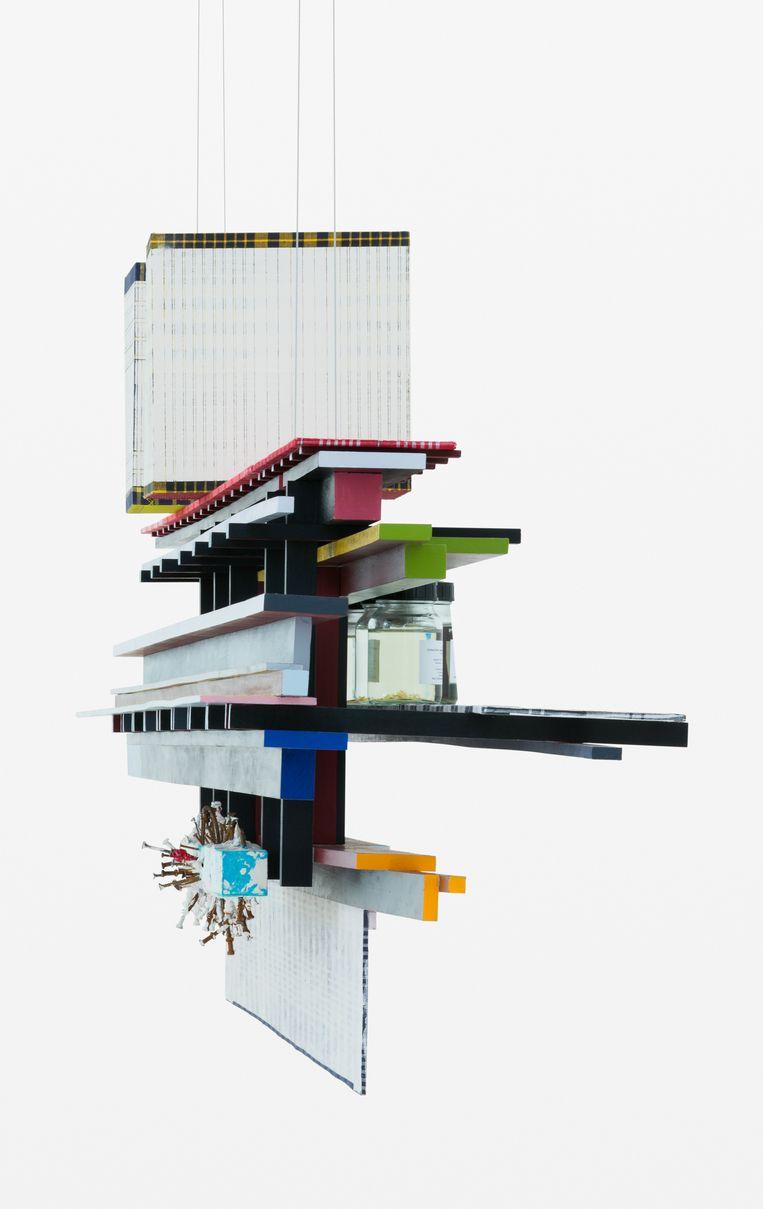Een van de drie horizontale constructies die bij de Biënnale boven een enorme tafel zweven. Beeld Gerrit Schreurs
