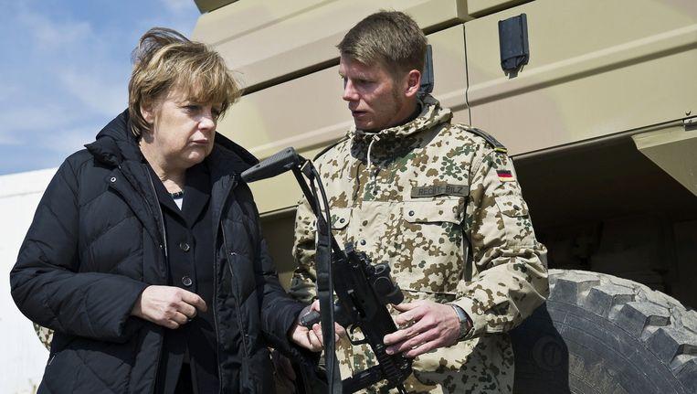 Angela Merkel op bezoek bij de Duitse strijdkrachten in 2012. Beeld reuters