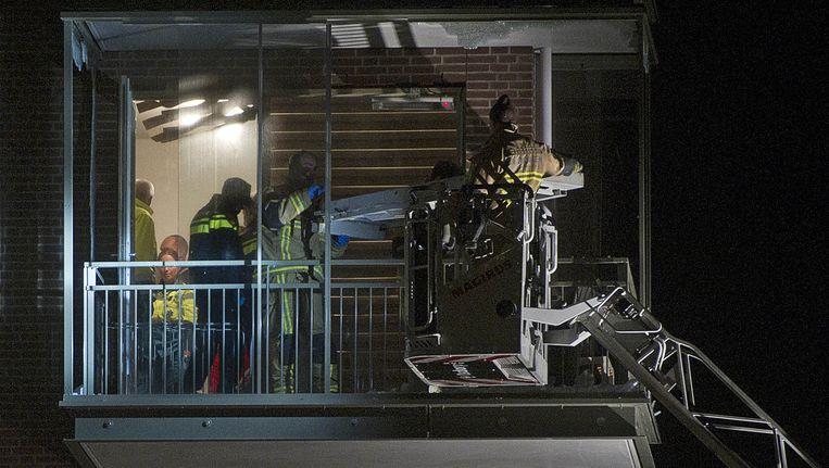 Hulpdiensten in een woning aan de Pieter van der Werfstraat in de wijk Geuzenveld waar na een schietpartij een dode is gevallen. Beeld anp