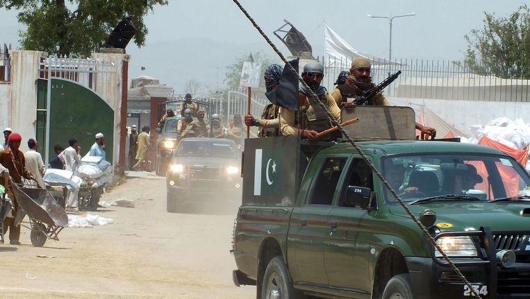 Pakistaanse legertroepen patrouilleren in Bannu. Beeld belga