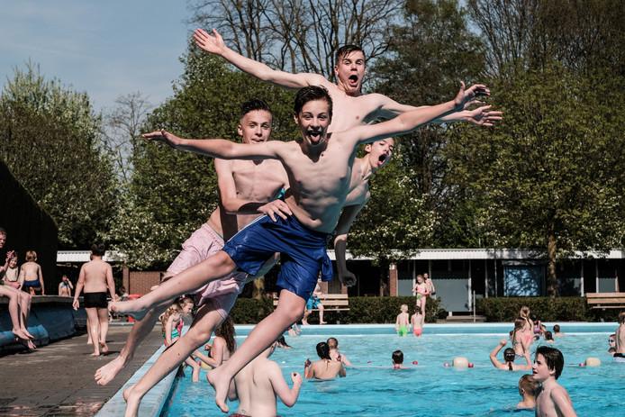 In zwembad De Byvoorde in Wehl mogen geen foto's of filmpjes worden gemaakt door badgasten. Foto Jan van den Brink