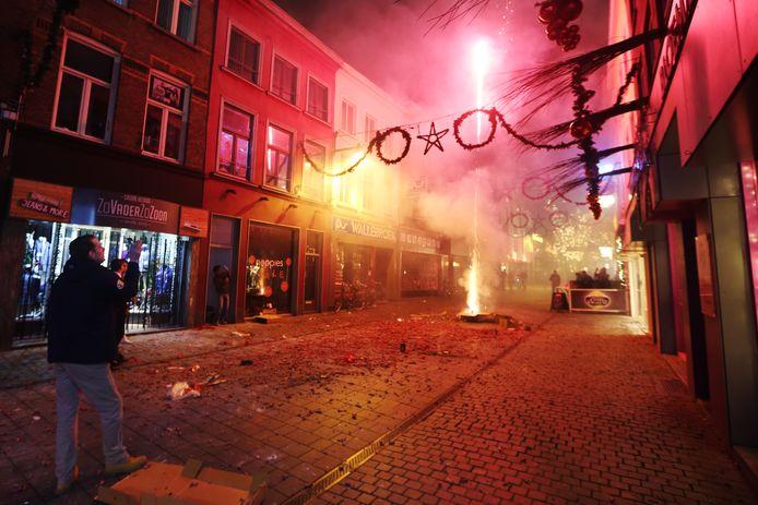 Vuurwerk wordt tijdens de jaarwisseling afgestoken in de Halstraat in Breda.