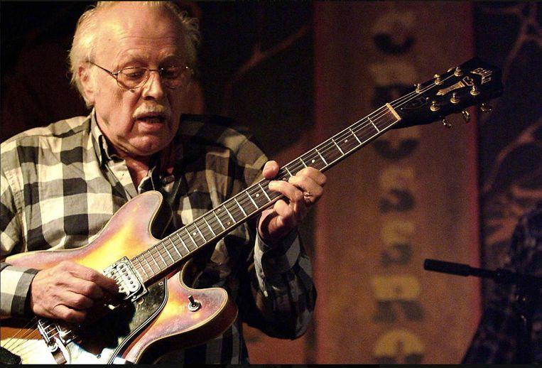 """Willy Donni met gitaar. """"Hij wist perfect waar hij de goede noot moest zetten"""", zegt Paul Ambach."""
