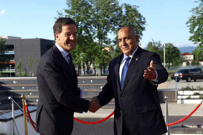 De Bulgaarse premier Boyko Borissov (rechts) verwelkomt premier Mark Rutte.
