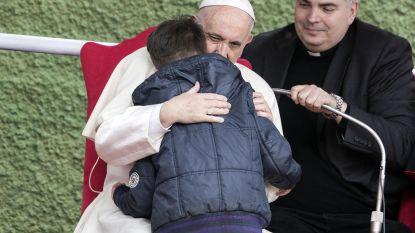 Snikkend jongetje vraagt of zijn atheïstische vader in de hemel is. Paus reageert met pakkend antwoord