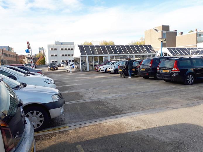 Het parkeerdek, het dak van parkeergarage Walburg in Zwijndrecht, die gesloopt wordt.