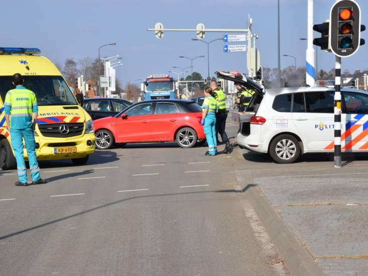 Auto's met elkaar in botsing op viaduct in Teteringen
