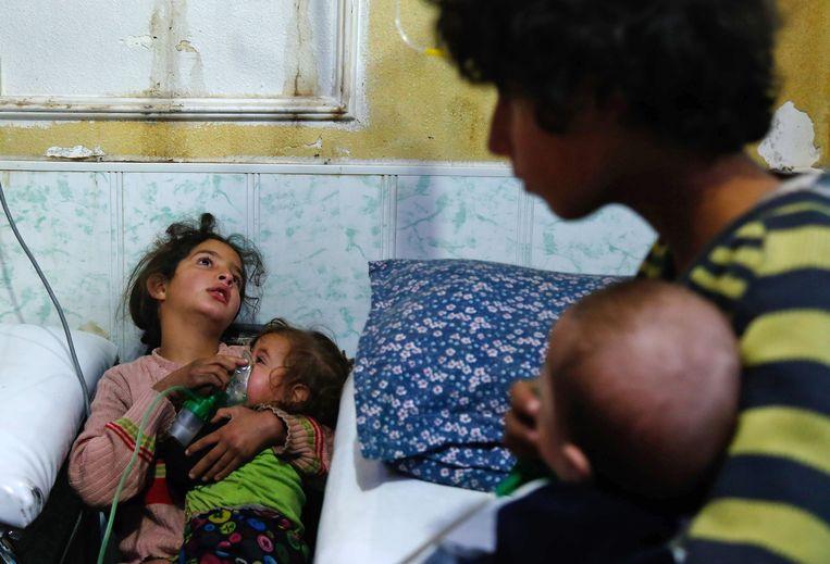 Slachtoffers van een vermoedelijke aanval met chloorgas op de door rebellen gecontroleerd  stad Douma in Oost-Ghouta.