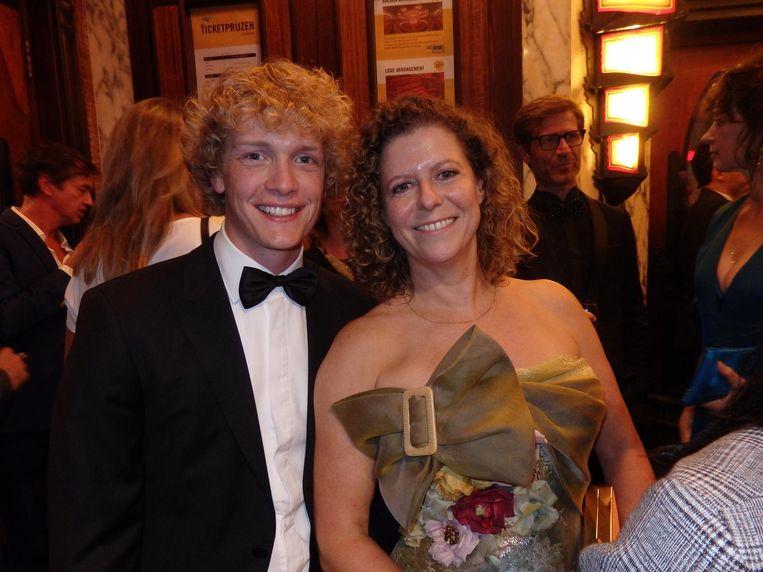 Hoofdrolspelers Martijn Lakemeijer en Margôt Ros: 'Zet je de naam van de ontwerper van mijn jurk erbij?' Mag ze de jurk houden? 'Nee.' Nou, dan niet. Beeld Schuim
