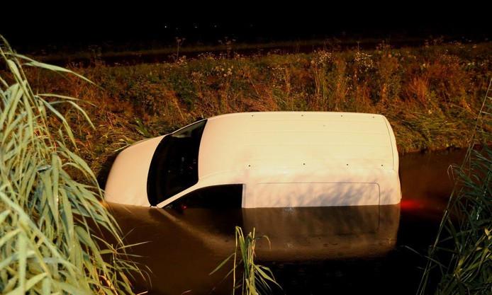 Auto te water bij A2 in Bruchem.