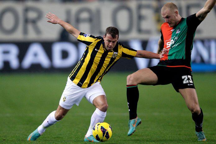 Nicky Hofs duelleert namens Vitesse in een Gelderse Derby met Nick van der Velden van NEC.