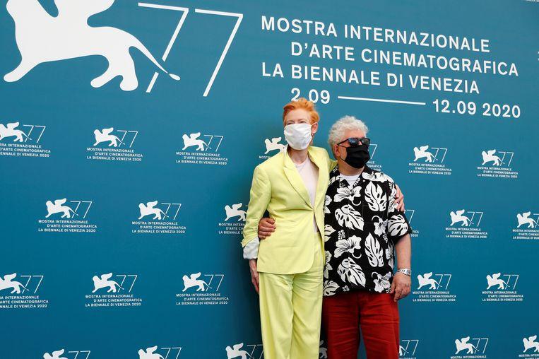 Regisseur Pedro Almodovar en acteur Tilda Swinton op het filmfestival in Venetië. Beeld REUTERS