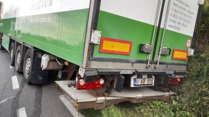 Vrachtwagen komt met achterkant in gracht terecht en veroorzaakt verkeershinder