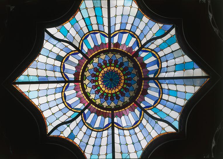Glas in lood-raam in het Magyar Muzeum Iparmuveszeti van architect Odon Lechner en Gyula Partos. Beeld Getty