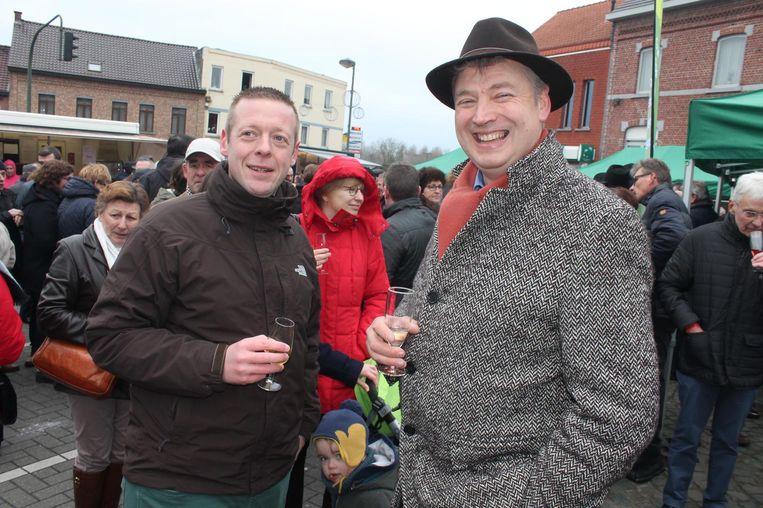 Meer dan 1.000 feestvierders verzamelden voor het gemeentehuis.