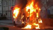 Bestelwagen met auto in laadruimte brandt uit