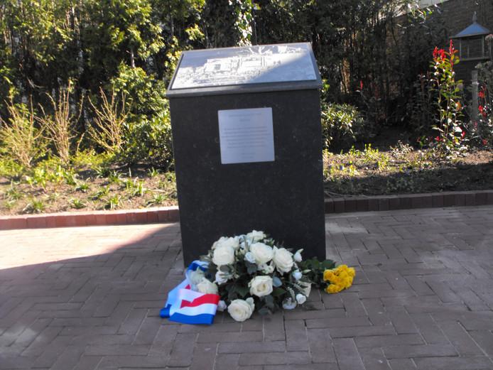 De herdenkingsplaquette werd door de maatregelen rondom corona uiterst sober onthuld.