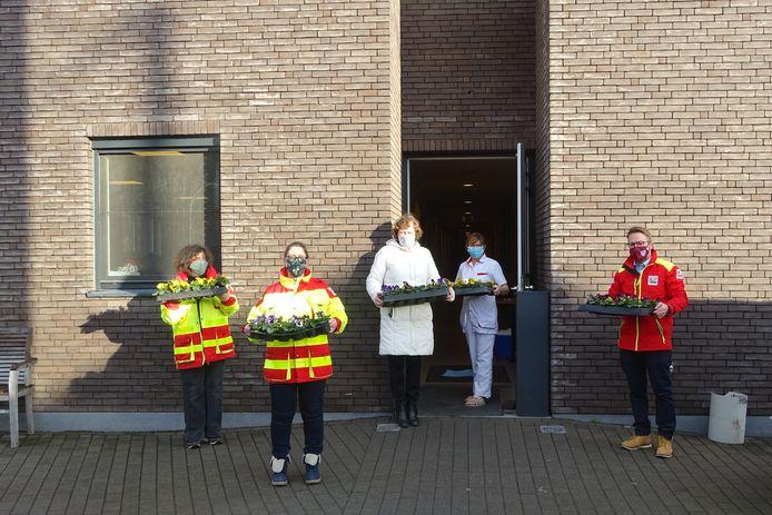 Rode Kruis Maarkedal trok met bloemen naar de drie plaatselijke rusthuizen.