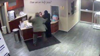 Man valt vrouw in hijab zonder reden aan en deelt zware klappen uit