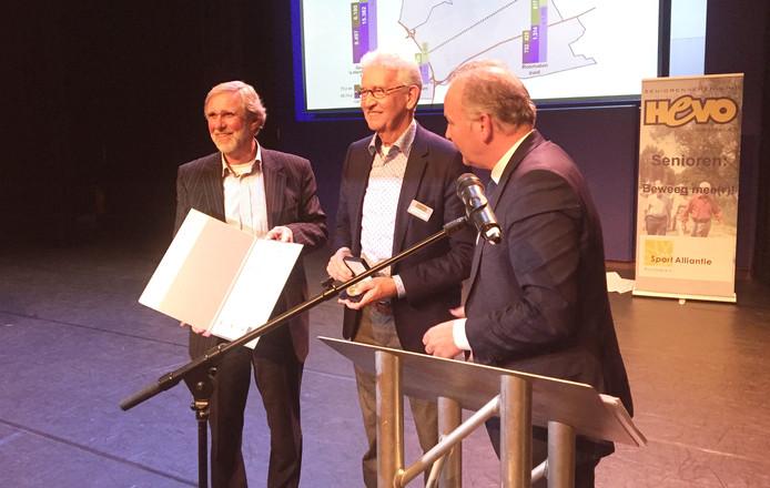 V.l.n.r. Oud-voorzitter Jan Jansen, voorzitter Carel van den Heuvel en locoburgemeester Paul Kagie