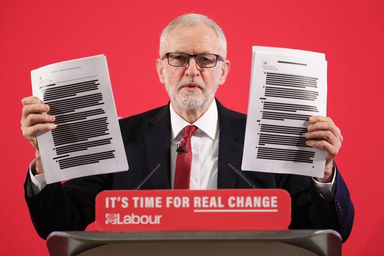 Jeremy Corbyn schermde vanmorgen met de documenten die volgens hem bewijzen dat de NHS wel degelijk op tafel ligt bij onderhandelingen over een handelsakkoord met de VS.