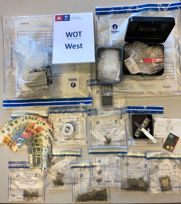 Eén van de vele vangsten van afgelopen weekend: 21,4 gram marihuana, 6,1 gram hasj en 330 euro cash.