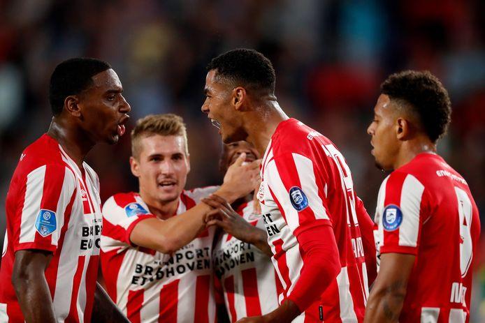 De PSV'ers juichen na de 3-1 van Gakpo.