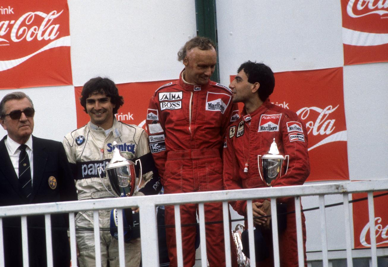 Nike Lauda na de overwinning in de Grand Prix van Oostenrijk van 1984. Vlnr: Jean Marie Balestre (FIA-president), Nelson Piquet, Niki Lauda en Michele Alboreto