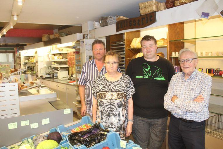 Van links naar rechts zaakvoerders Bernard Vander Espt (57), Iris Moerkerke (49), zoon Diego Vander Espt (18) en vader Robert Vander Espt (91).