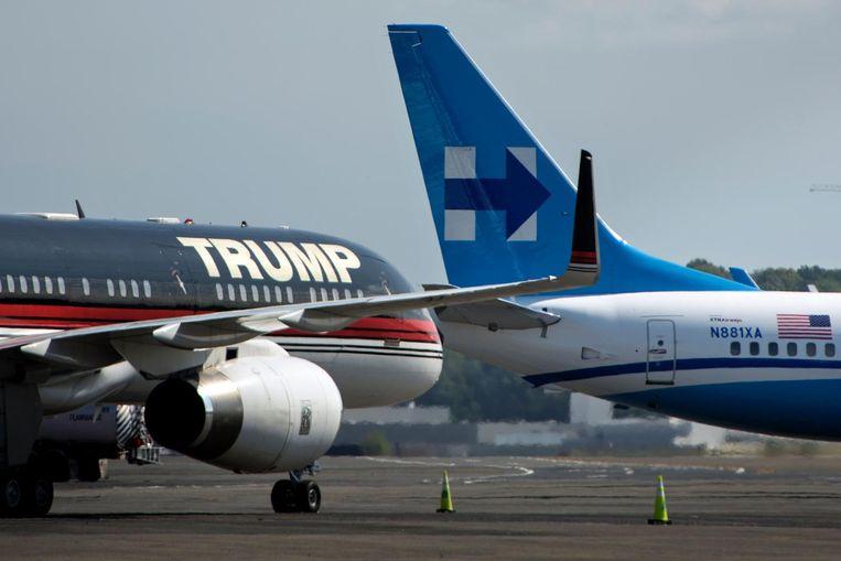 Trump en Clinton hebben elkaar tot nu toe niet ontmoet in de campagne. Hun vliegtuigen waren afgelopen week wel dicht bij elkaar op luchthaven Ronald Reagan bij Washington DC. Beeld AFP