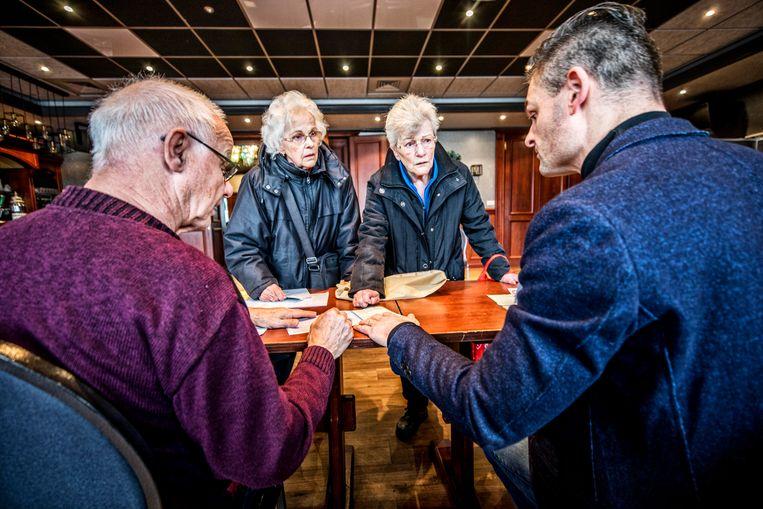 Johanna Inkhoorn (r) en Griet Molenaar stemmen in het Volendamse centrum St. Jozef.  Beeld Raymond Rutting / de Volkskrant