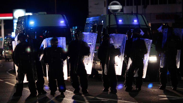 Een team van de oproerpolitie uit Wales kwam gisteravond in actie in de Londense wijk Eltham. Beeld AP