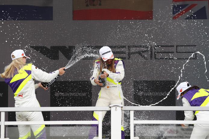 Beitske Visser (links), winnares Marta Garcia en Jamie Chadwick (derde) op het podium na de race op de Norisring.