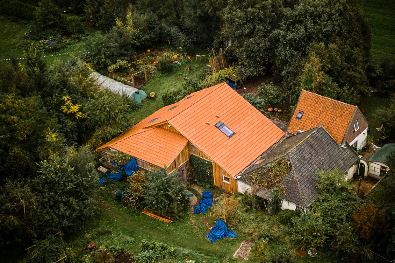 De boerderij in het Drentse Ruinerwold waar Gerrit Jan van D. zijn gezin jarenlang verborgen hield voor de buitenwereld. De vader staat vandaag weer voor de rechter. Beeld Rob Engelaar