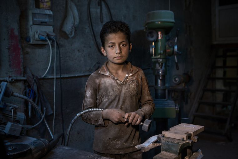Hussein Bilal, 12 years old, from Aleppo. He works in a little fabric in Gaziantap, where he works with metal. His dad can't find a job. Beeld null