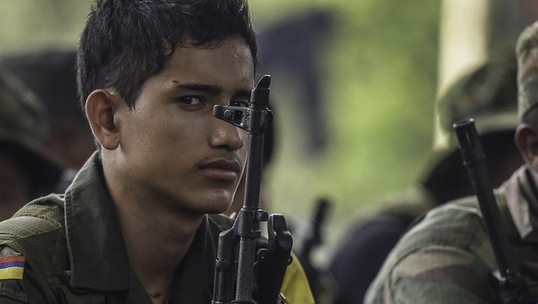 Een jong lid van FARC in de Colombiaanse jungle.