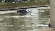 Auto belandt in water