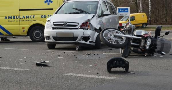Motorrijder gewond na botsing met auto.