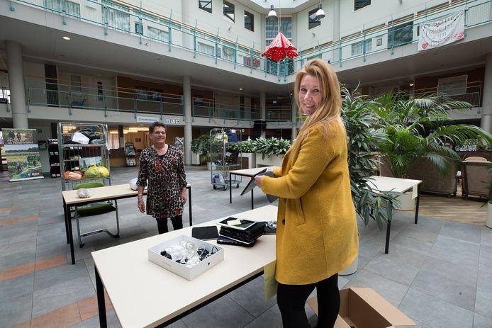 Audrey Jeurissen brengt Ipads bij Meulenvelden. Foto: Theo Kock