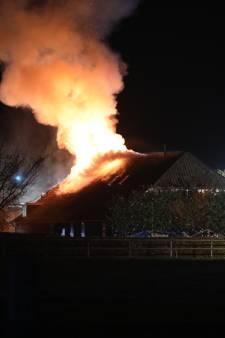 Grote uitslaande brand legt boerderijwoning in Heelweg in as