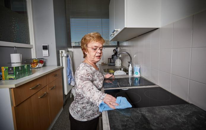 Een tevreden Yvonne Hokke is 'over' op inductie in haar verduurzaamde keuken.