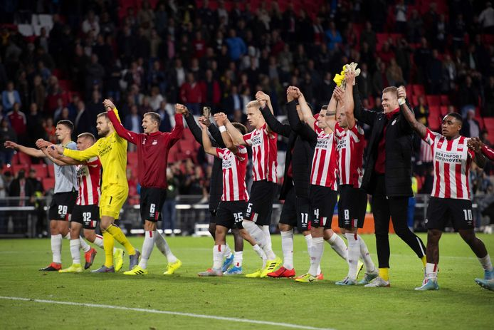 Spelers PSV vieren de overwinning