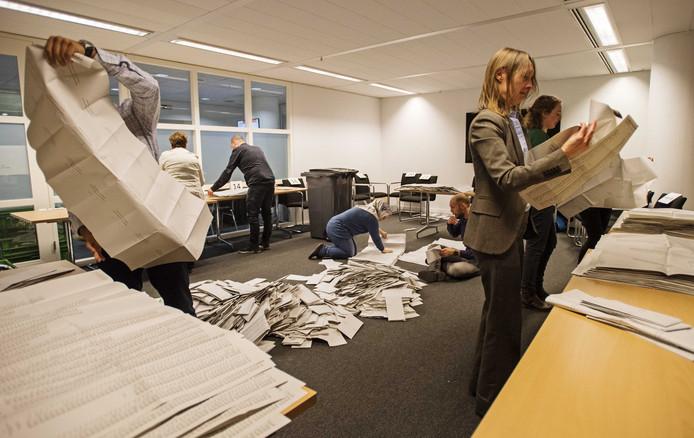 Na het sluiten van de stembureaus werden in het stadhuis de stembiljetten met de hand geteld.